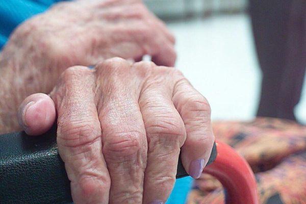 Condenados a la pobreza y el abandono, envejecer es hacer un pacto con la soledad