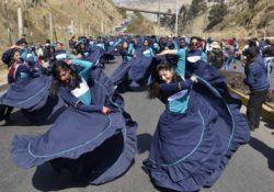 Danzas folklóricas en vías públicas en El Alto